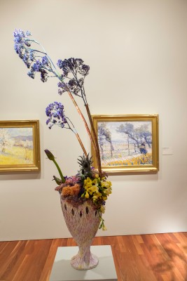 Joseph Raphael, Spring Winds, ca. 1914. Oil on canvas. FAMSF, museum purchase, Skae Fund Legacy, 41765. Floral design by Dianna Vigil. Photograph © Greg A. Lato / latoga photography