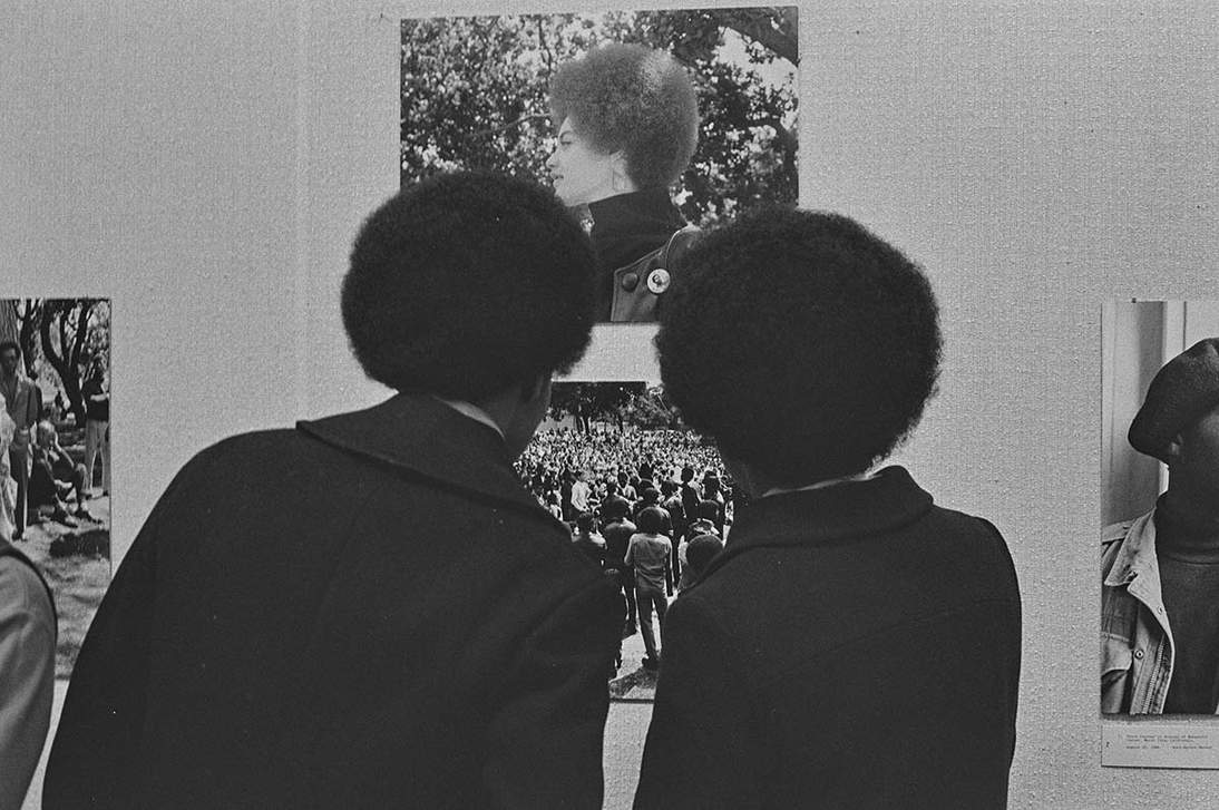 "Pirkle Jones, ""Untitled"" (Crowds viewing ""The Black Panthers: A Photographic Essay"" show at the de Young), from the series ""The Black Panthers,"" 1969. © Regents of the University of California"