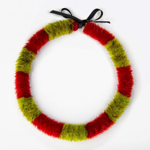 Lei hulu (feather lei), 19th century. Yellow 'ō'ō (Moho sp.) feathers, red and green Kuhl's lorikeet (Vini kuhlii) feathers, and black ribbon. Bernice Pauahi Bishop Museum, Princess Victoria Ka'iulani Collection, 10386/1911.005. Photograph by Hal Lum and Masayo Suzuki